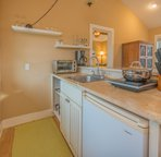 Ohana Guest House: Kitchenette fully stocked with everything you need to cook a meal.