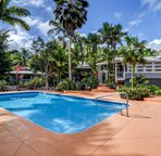 Enjoy sunny Hawaiian days lazing by the pool at Hale Oliveira